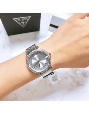 5160dbb6644ff Cette montre femme Guess - Willow - 3 aiguilles se compose d'un boîtier  acier doré brillant avec cristaux, d'un cadran argent pailleté et d'un  bracelet ...
